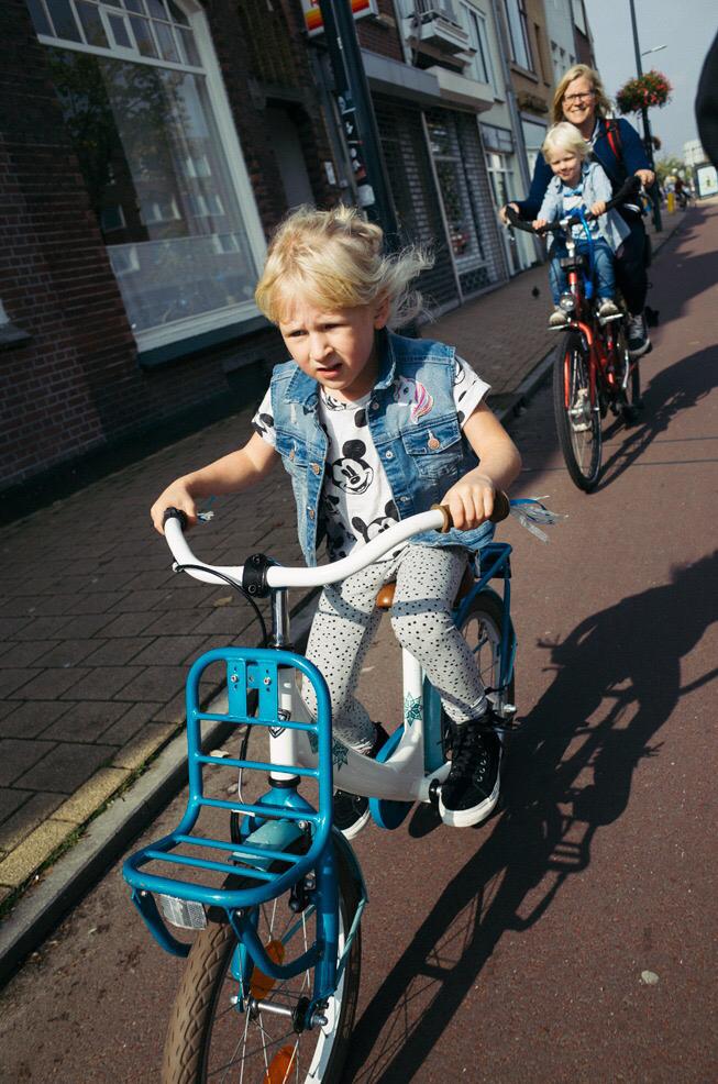 Leren fietsen is voor een kind erg leuk: weer een stap naar zelfstandigheid. Maar wanneer kan je kind alleen fietsen naar school? Of naar een vriendje? Suzanne zet wat inzichten op een rij.
