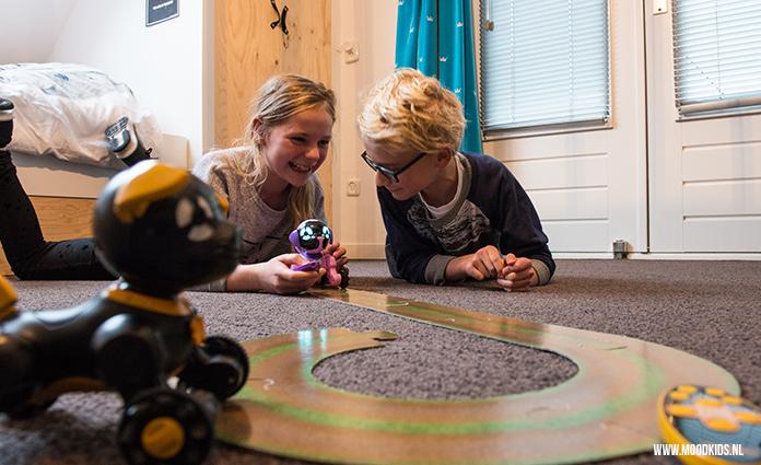 Ken je de Chippies, de robot puppies van WowWee al? Deze drie speelgoed robot honden kun je besturen met een afstandsbediening en hebben sensoren. Zo leuk! Lees hier onze review.