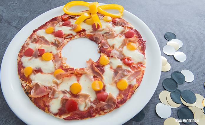Ben je nog op zoek naar iets leuks voor het kerstdiner op school? wat dacht je van deze leuke pizza kerstkrans. Je maakt ze eenvoudig met tortilla's. Jummie!