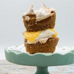 Meringue taartjes met lemon curd en slagroom