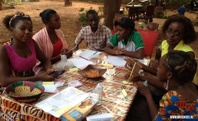 Begin dit jaar was kindercoach Charlotte 5 weken in Burkina Faso om te werken voor Stichting V!VE l'Initiative. Daar besloot ze ook de leerlingenraad te coachen. Samen met hen speelde ze ook het Complimentenspel en het Kwaliteitenspel. Zo gaaf!