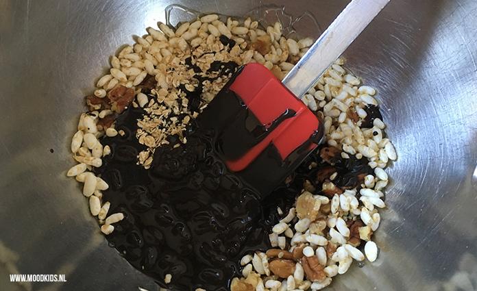 Een gezonde no-bake snack die makkelijk te maken is. Chocolade (80% cacao) repen met gepofte rijst, noten, hennepzaad, rozijnen en eventueel een beetje honing. Je maakt ze in 15 minuten, daarna nog 15 minuutjes wachten en smullen maar!