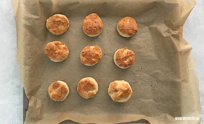 Scones zelf bakken is helemaal niet zo ingewikkeld. Dit is mijn favo recept. Voor ongeveer 14-15 scones. Voor je eigen Alice in Wonderland theepartijtje.