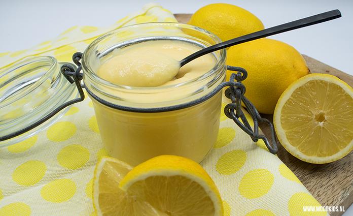Lemon curd zelf maken, daar heb je wat geduld voor nodig. Maar is echt superlekker. En als je meteen wat meer maakt, heb je altijd wat lemon curd in huis om bijvoorbeeld op je scones, taartjes of pannenkoeken te doen. Of op een verse witte boterham. Yum! Zet het donker en koel weg, dan blijft het zeker 6 maanden goed.