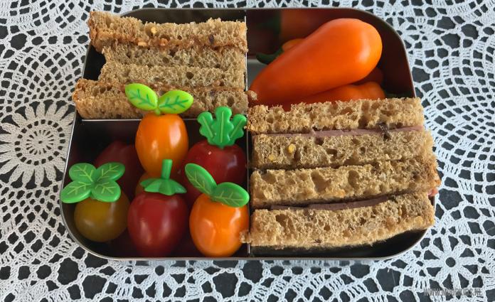 Nog steeds maak ik (bijna) dagelijks een gezonde en gevarieerde lunchtrommel voor mijn zoon. Van prikkers voor in de lunchtrommel heb ik een hele voorraad. Erg veel verrassende nieuwe prikkers zag ik de laatste tijd niet langskomen. Deze nieuwe blaadjes groenteprikkers van webshop Hello Lunch vond ik erg leuk!