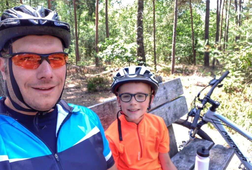 Mountainbiken met je kind wordt steeds populairder. Aldus Dennis, sinds zijn zoon een atb met versnellingen heeft. Voor Moodkids zette hij tips op een rij.