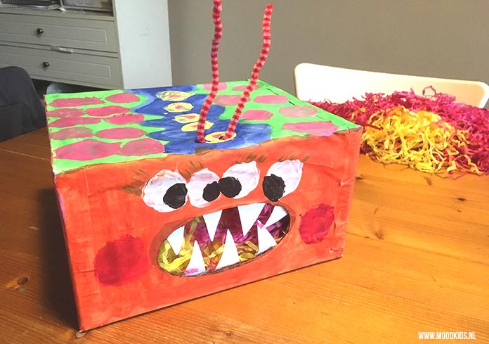 Jasmijns dochter wilde graag een monster kinderfeestje en daar hoort een monster traktatie voor school bij. Stap voor stap uitleg voor deze traktatiedoos.