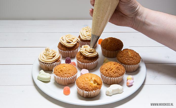 Lekker voor pakjesavond! Cupcakes met speculaas topping. Brenda laat je stap voor stap zien hoe je ze maakt. Laat dat heerlijke avondje maar komen!