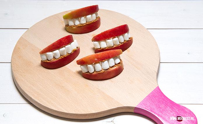 We hebben veel leuke traktaties en lekkere recepten met appel op MoodKids staan. Maar deze traktatie mond met tanden met appel en marshmallows ontbrak nog.