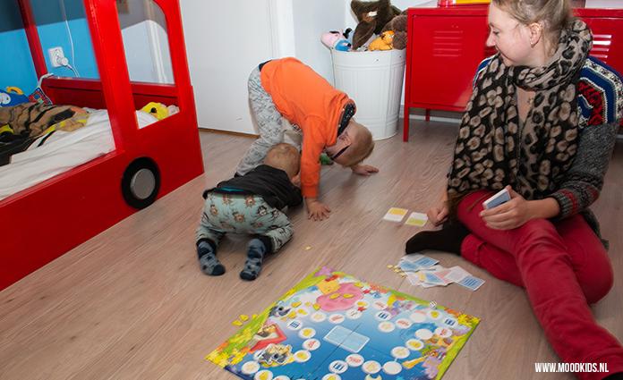 Met het Woezel en Pip yogaspel stimuleer je samen spelen en bewegend leren. Roelina testte het voor ons uit met haar peuter en kleuter.