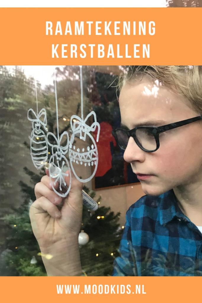 Om de kerstversiering in huis compleet te maken, kun je hier een leuke, vrolijke kerstballen raamtekening gratis downloaden. #kerst #raamtekening #kerstmis