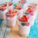 Trakteren op aardbeien kwarktaart in een glaasje