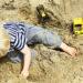 De meeste gezinnen schaffen een zandbak aan voor hun kinderen. Deze moeder is er klaar mee en vertelt je waarom je geen zandbak moet nemen.